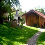 Rustikale Gartenhütte mit viel Platz auch für größere Gruppen lädt zum gemütlichen Verweilen ein.